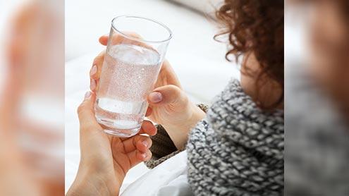 1408112 64277756 - سونے سے پہلے گرم پانی پینا بے چینی اور ڈپریشن کاموثر علاج