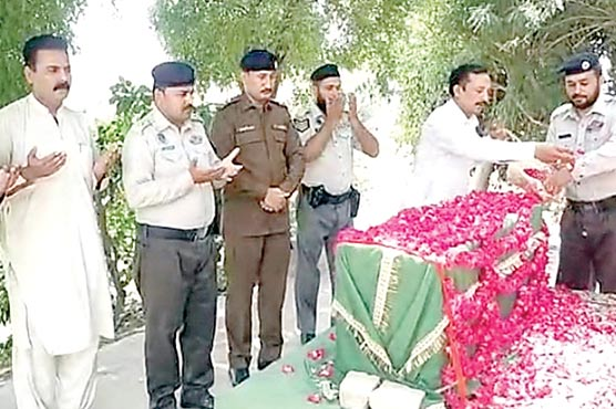 شہید کانسٹیبل آصف شاہ کی قبر پر  پکھی پولیس کے دستے کی حاضری