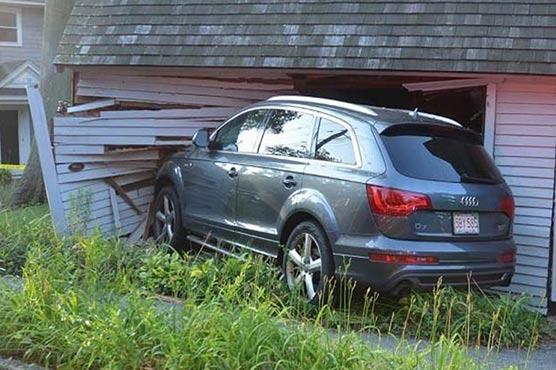 ڈرائیور نے گلہری بچاتے صدر لنکن کے گھر سے کار ٹکرادی