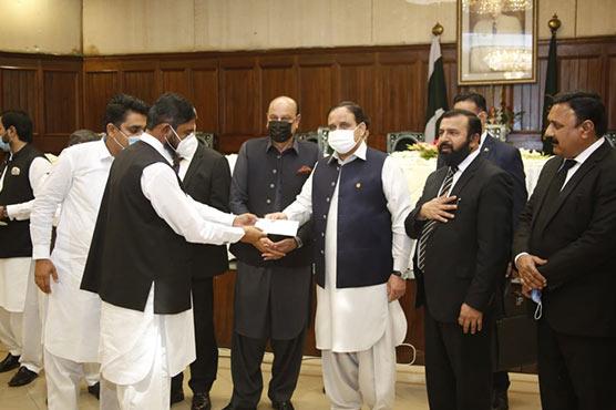 وزیراعلیٰ پنجاب نے کلورکوٹ بار  ایسوسی ایشن کو 10لاکھ کا چیک دیا