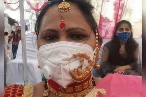 ماسک کے اوپر زیور پہننے کا خاتون کا انوکھا انداز وائرل