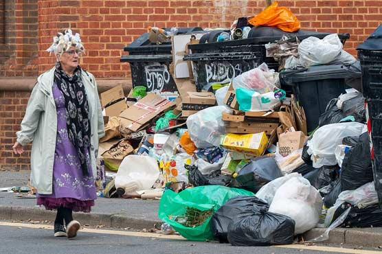 برطانیہ میں خاکروبوں کی  ہڑتال،گلیاں کچرے سے بھرگئیں