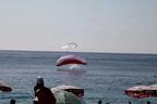پیراگلائیڈر فضامیں الجھ گئے ،ایک ساتھ سمندر میں آگرے