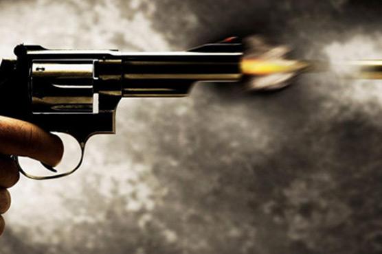 سیالکوٹ:موٹر سائیکل سواروں کی  کار پر فائرنگ ،شیشے ٹوٹ گئے