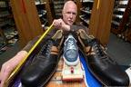 جرمنی کا موچی لمبے پاؤں کیلئے جوتے تیار کرنے پر مشہور