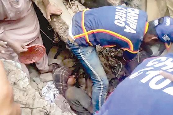 دیوار گرنے سے ملبے میں  دب کر دو نوجوان زخمی
