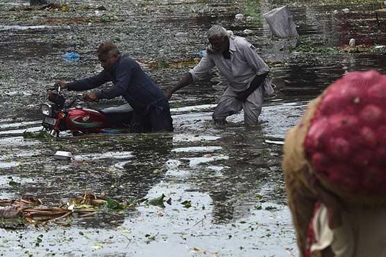لاہور میں تیز بارش ، بجلی بند، شہریوں کو مشکلات