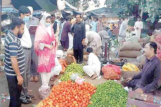 اسسٹنٹ کمشنر غزالہ کنول کا سبزی منڈی کا دورہ ،صفائی کی ہدایت