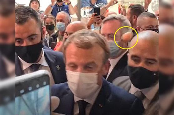 فرانس کے صدر کو نوجوان  نے انڈادے مارا