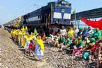 متنازعہ زرعی قوانین کو سال مکمل : کسانوں نے بھارت بند کردیا، کاروبار زندگی مفلوج