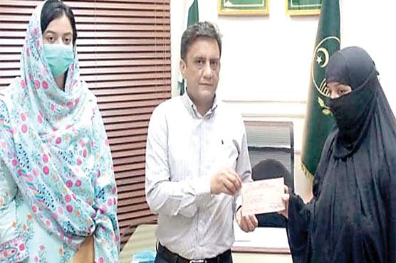 وزیر اعلیٰ کی ہدایت پر خاتون رکشہ  ڈرائیور کو 50ہزار روپے چیک دیدیا گیا