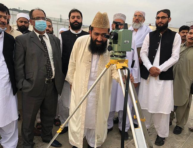 اسلام آباد:چیئر مین رویت ہلال کمیٹی عبدالخبیر آزاد شوال کا چاند دیکھ رہے ہیں