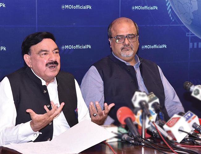 اسلام آباد:وزیر داخلہ شیخ رشید احمد اور شہزاد اکبر پریس کانفرنس کرتے ہوئے