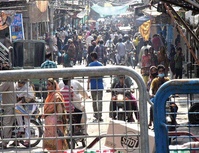 لاہور:باغبانپورہ بازار میں لاک ڈائون کے باوجود شہریوں کے رش کا منظر