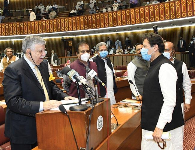 اسلام آباد،وزیراعظم عمران خان بجٹ پیش کرنے پر شوکت ترین کو مبارکباد دیتے ہوئے