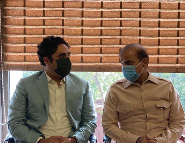 اسلام آباد: شہباز شریف اور بلاول بھٹو ملاقات کرتے ہوئے