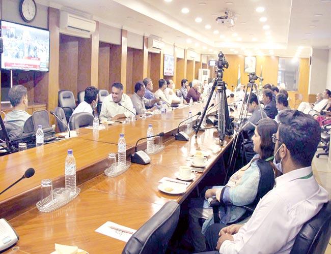 کراچی:تاجر وصنعتکاربرادری کے ارکان وفاقی وزیر خزانہ کی بجٹ تقریر سن رہے ہیں