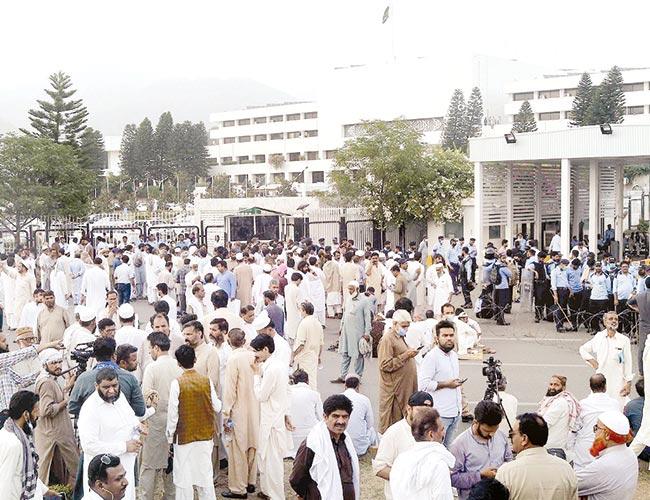 اسلام آباد:سرکاری ملازمین بجٹ کے موقع پر پارلیمنٹ کے باہر احتجاج کررہے ہیں