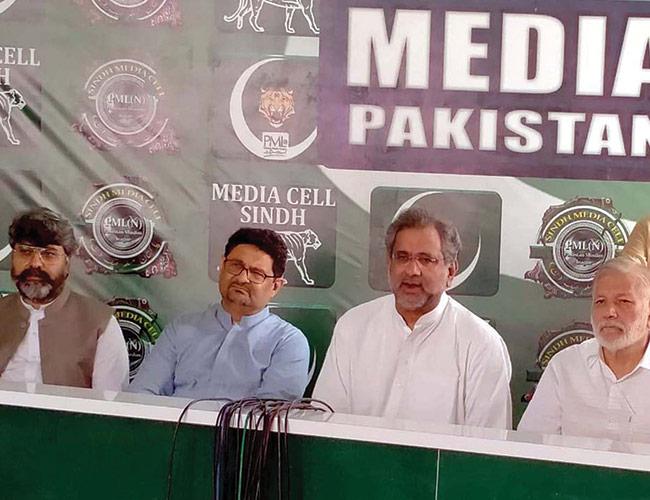 کراچی:شاہد خاقان عباسی پریس کانفرنس کرتے ہوئے ، مفتاح اسماعیل و دیگر موجود ہیں