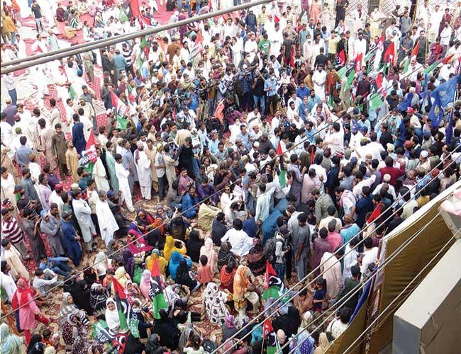 حیدر آباد:پیپلز پارٹی کے کارکن پانی کی قلت کے خلاف احتجاج کرتے ہوئے