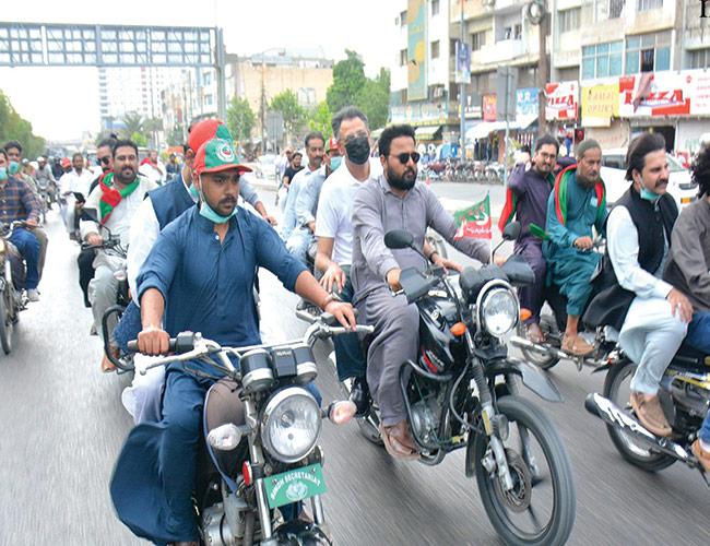 کراچی:وفاقی وزیر اسد عمر موٹرسائیکل پر شہر کے مختلف علاقوں کا دورہ کرتے ہوئے