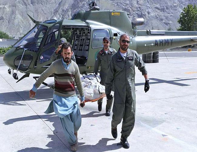 گلگت:پاک آرمی کے ہلی کاپٹر کے ذریعے کرگاہ نالا سے میتیں منتقل کی جارہی ہیں