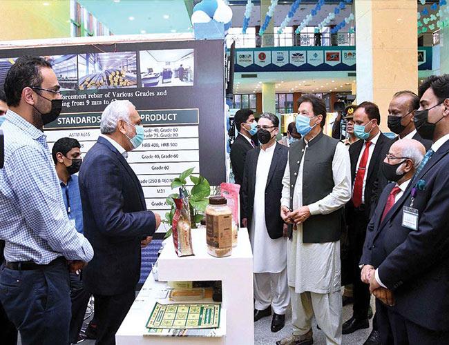 اسلام آباد:وزیراعظم عمران خان کو نمائش میں ایک سٹال پر بریفنگ دی جار ہی ہے