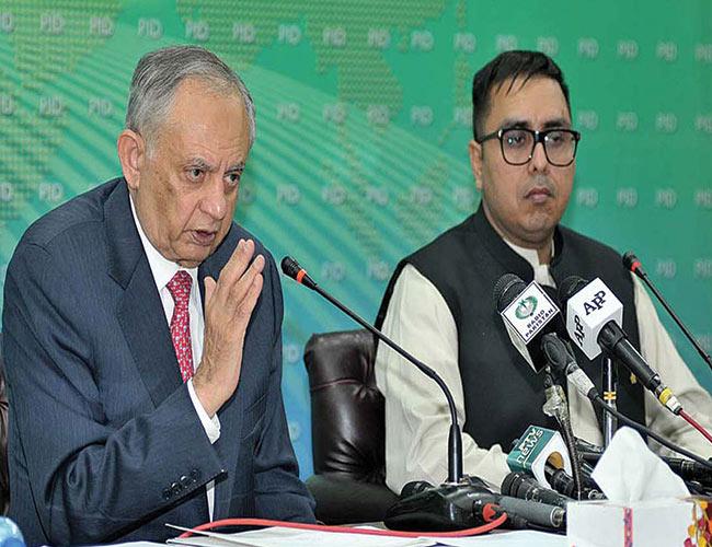 اسلام آباد:مشیر کامرس عبدالرزاق دائود اور ڈاکٹر شہباز گل پریس کانفرنس کررہے ہیں
