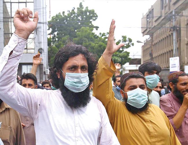 کراچی:مزدور لاک ڈائون کے خلاف پریس کلب کے سامنے مظاہرہ کررہے ہیں