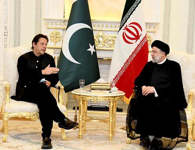 دوشنبے :وزیراعظم عمران خان اور ایرانی صدر ابراہیم رئیسی ملاقات کرتے ہوئے