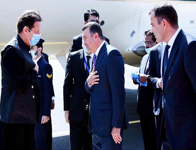 عمران خان کے دوشنبے پہنچنے پر تاجک وزیراعظم استقبال کرتے ہوئے