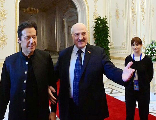 صدر بیلاروس الیگزینڈر لوکاشینکو اور  عمران خان بانہوں میں بانہیں ڈالے ہوئے