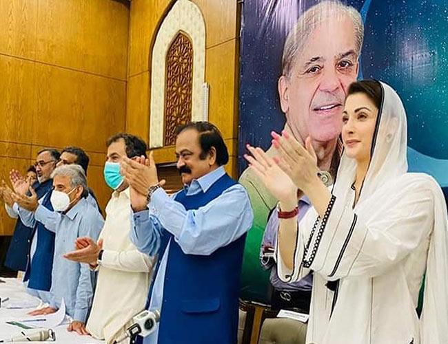 لاہور:مریم نواز و دیگر رہنما ویڈیو لنک پر نواز شریف کا کھڑے ہوکر استقبال کرتے ہوئے