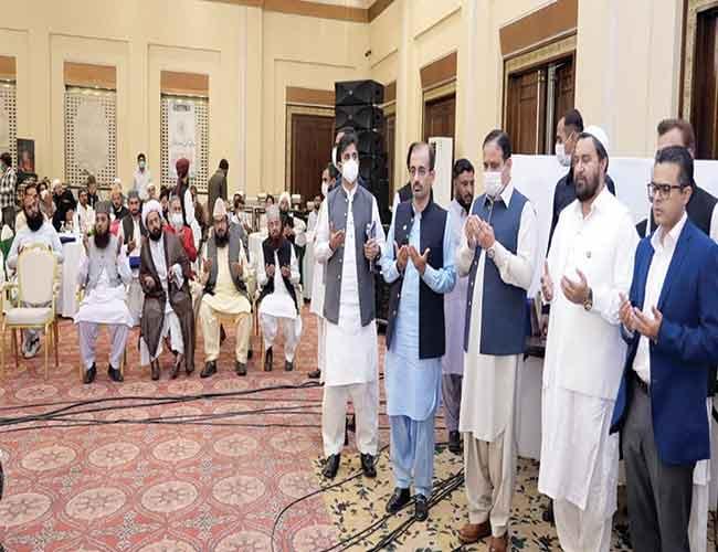 لاہور:وزیراعلیٰ عثمان بزدار عالمی مشائخ و علما کانفرنس کے دوران  امت مسلمہ کے اتحاد ،ملک و قوم کی ترقی کیلئے دعا کرتے ہوئے