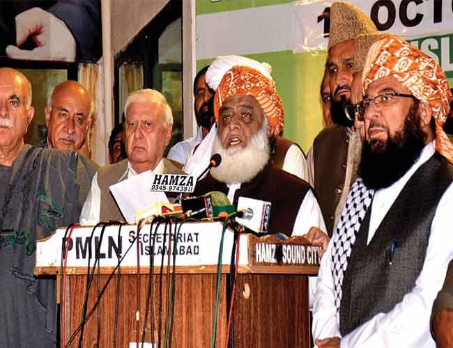 اسلام آباد:فضل الرحمن ڈیموکریٹک موومنٹ کے اجلاس کے بعد میڈیا سے گفتگو کرتے ہوئے