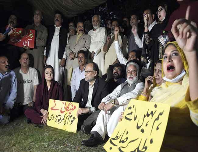 اسلام آباد:ن لیگ کے رہنما پارلیمنٹ کے باہر مہنگائی کیخلاف مظاہرے میں نعرے لگاتے ہوئے