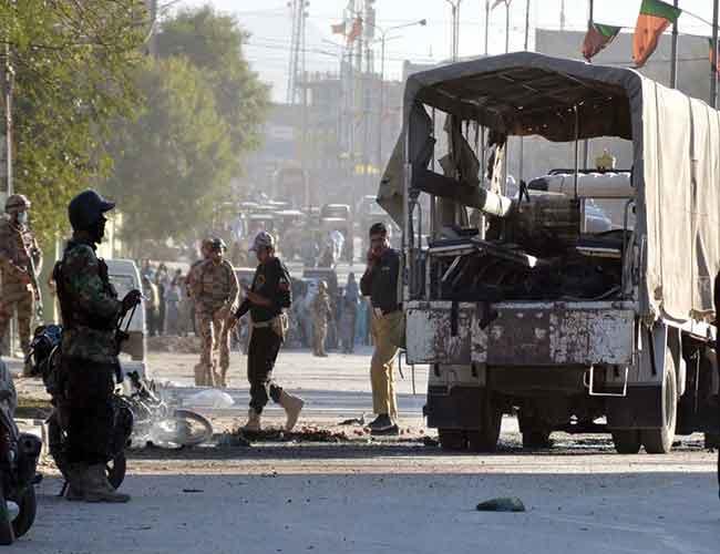 کوئٹہ:پولیس وین کے قریب بم دھماکے کے بعد تباہی کا منظر ، سکیورٹی اہلکار الرٹ کھڑے ہیں